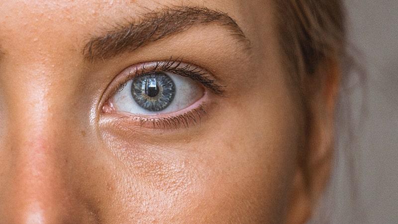 Primer plano del ojo y pómulo de una chica