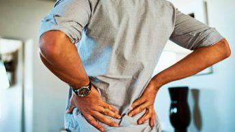 Hombre se queja de dolor de lumbago