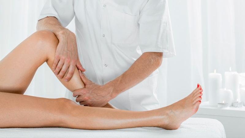 Mujer recibe drenaje linfático manual en decúbito supino