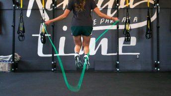 Chica salta a la comba en el gimnasio