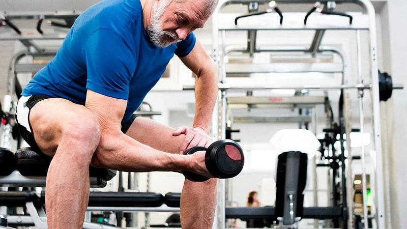 Hombre mayor haciendo ejercicio de resistencia