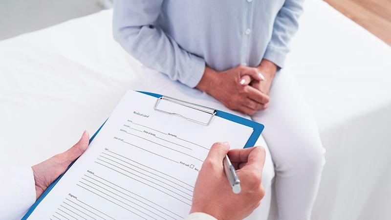 Facultativo completando el historial médico