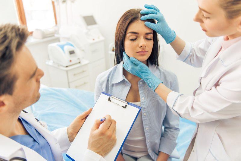 Asistente de medicina estética con una paciente en la consulta