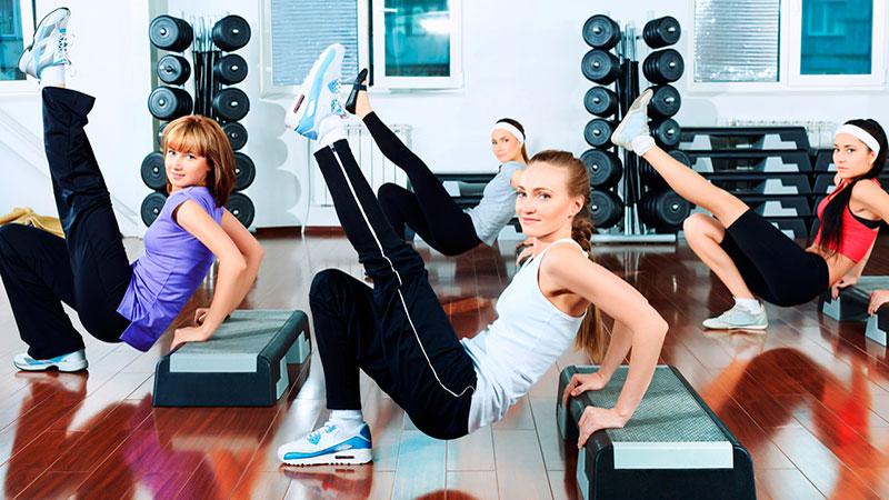 actividades colectivas en el gimnasio: step