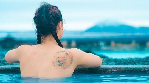 Chica se baña en aguas termales