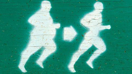 Cartel dos personas corriendo