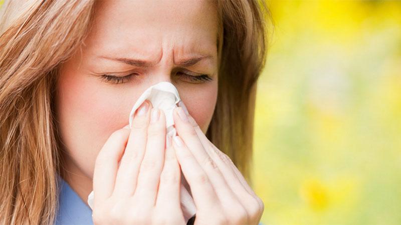 chica con síntomas de alergia