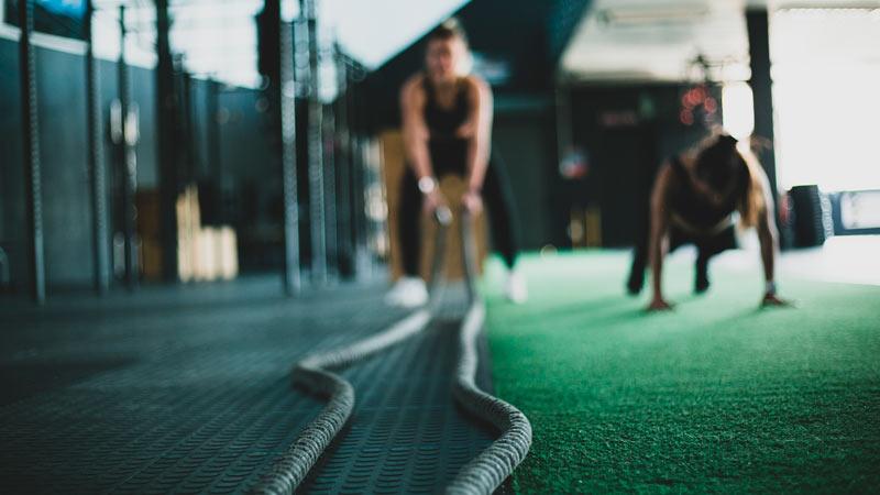 Chicas entrenando en un gimnasio