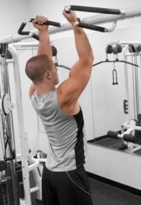 chico-joven-entrenando-en-el-gimnasio