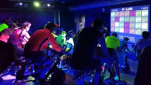 Sesión de ciclo indoor siguiendo el beat musical