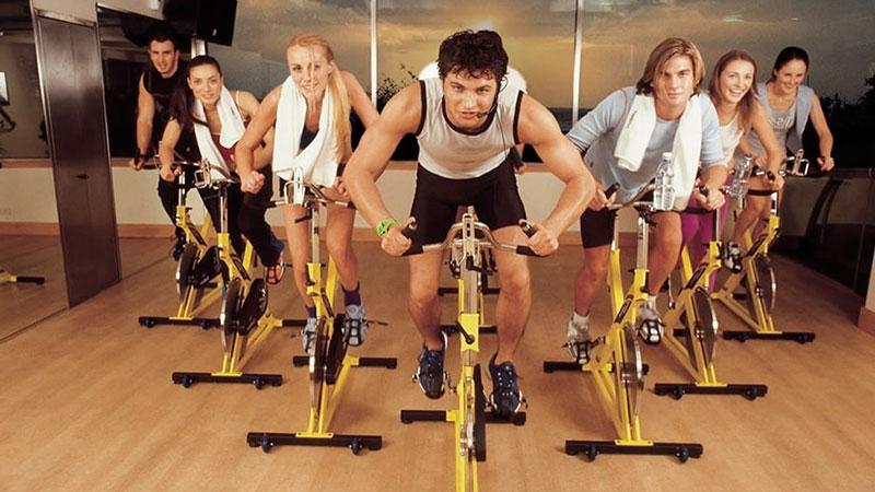 Hacer ciclo indoor en grupo o solo